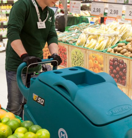 E50 CLEANING BETWEEN SUPERMARKET AISLES