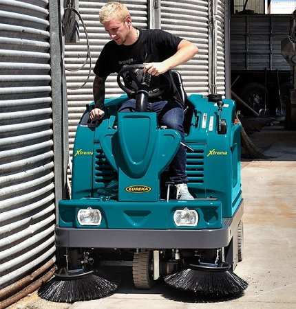 SIDE BRUSH XTREMA COMPLETELY HYDRAULIC RIDE-ON SWEEPER